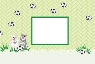 犬とサッカーボールの可愛い緑の写真フレームの葉書テンプレート FYI00888230