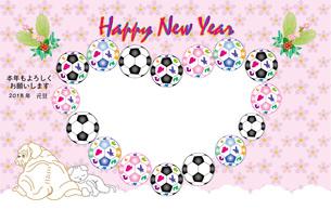 犬と猫とサッカーボールのピンクの花柄の写真フレーム年賀状 FYI00888246