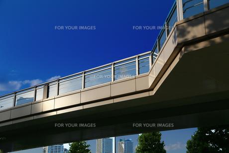 晴れた青空と街の歩道橋 FYI00889935