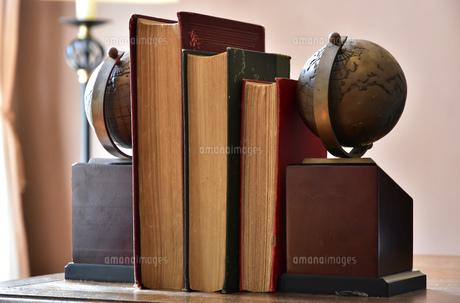 書斎の机の上の本と地球儀のブックエンド FYI00889940