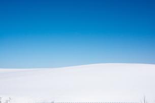 青空と真っ白な雪原 FYI00891178