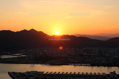 山並みに沈む夕日(高知市) FYI00891686