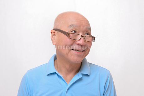 老眼鏡をかけている笑顔のシニア FYI00892833