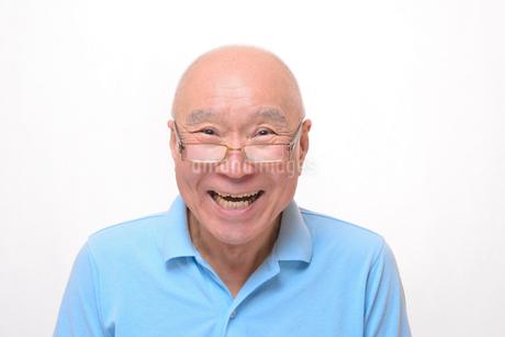 老眼鏡をかけている笑顔のシニア FYI00892838