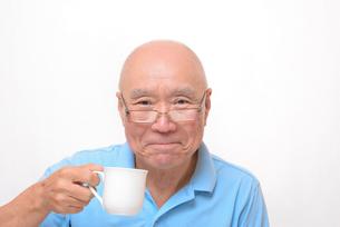老眼鏡をかけている笑顔のシニア FYI00892840