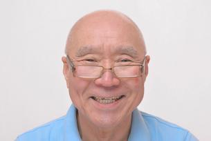 老眼鏡をかけている笑顔のシニア FYI00892845