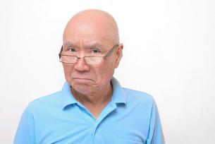老眼鏡をかけた怒り顔のシニア FYI00892857