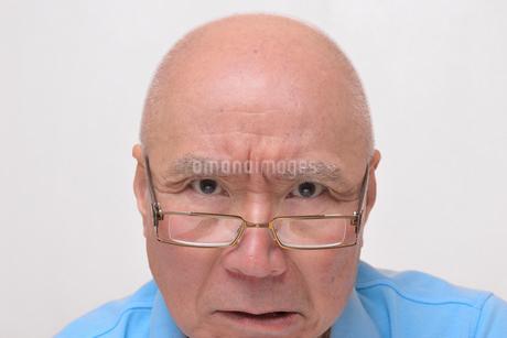 老眼鏡をかけた怒り顔のシニア FYI00892864