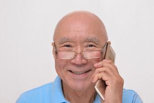 笑顔で携帯電話をかけているシニア FYI00892876