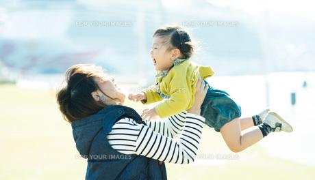抱っこする親子 FYI00893561