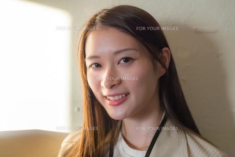 笑顔の若い女性 FYI00894409