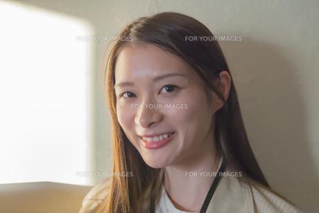 笑顔の若い女性 FYI00894410