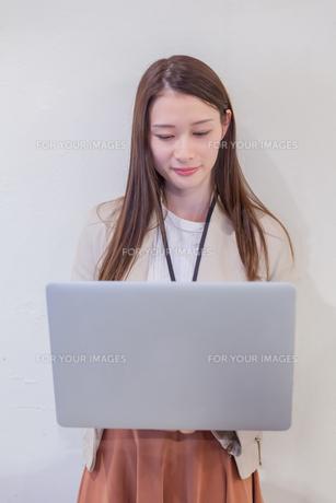 パソコンでビジネス 若い女性 FYI00894411