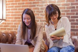 パソコンでビジネス 若い女性 FYI00894428