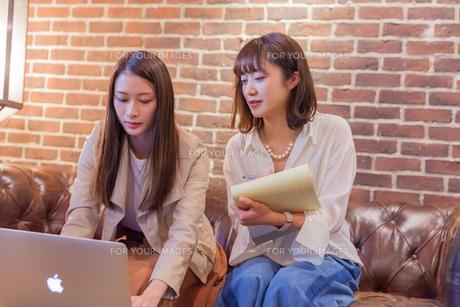パソコンでビジネス 若い女性 FYI00894429