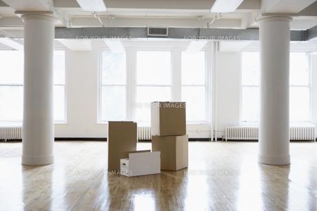 Cardboard boxes in empty room FYI00899529