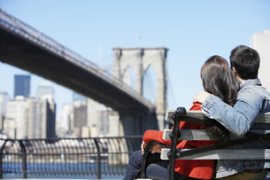 Young couple looking at Brooklyn Bridge FYI00900269