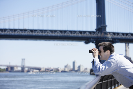Man using binocular near Brooklyn Bridge FYI00900281