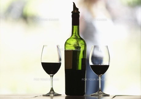 Two glasses of red wine and bottleの素材 [FYI00900396]