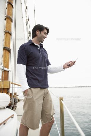 Young man using cellular telephone FYI00900621