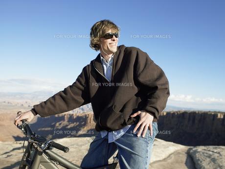 Young man with mountain bike FYI00901112