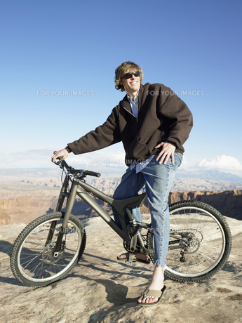 Young man with mountain bike FYI00901143