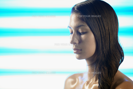 Young woman sweating FYI00901485