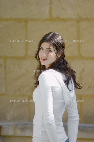 Portrait of young woman in hooded top FYI00902401