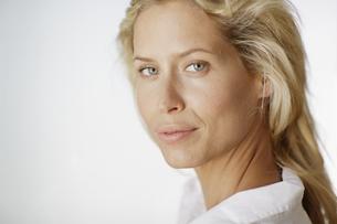 Portrait of blond woman FYI00902618