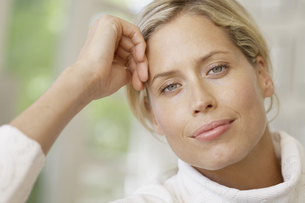 Portrait of woman with blond hair FYI00902646