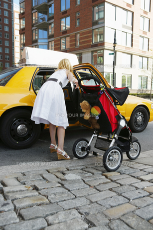 Mid adult mother taking taxi FYI00902730