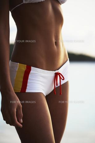 Young woman wearing bikini bottoms FYI00903746