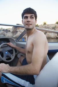 Young man driving beach buggy FYI00904054