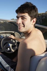 Young man driving beach buggy FYI00904059