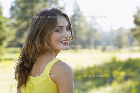 Young woman in field FYI00904062