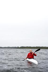 Senior man kayaking in lake FYI00904606