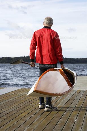 Senior man holding a kayak FYI00904612