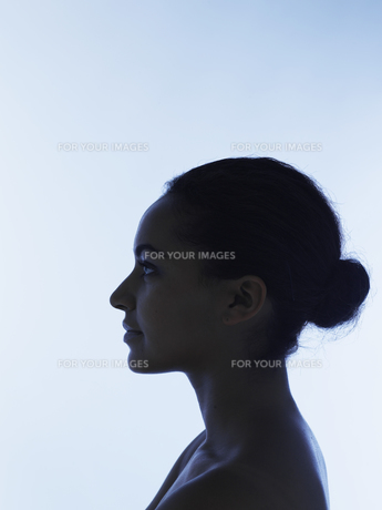 Silhouetted profile of young woman FYI00904732