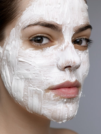 Young woman having face mask FYI00904750