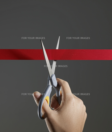 Person Cutting Red Ribbonの素材 [FYI00905286]