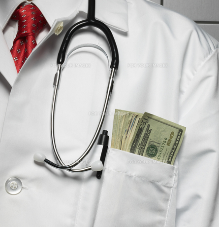 doctor with money in pocket fyi00905474 ロイヤリティフリー素材