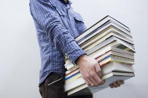 本を運ぶ男性 FYI00908211