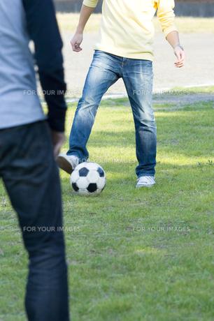 サッカーをする男性 FYI00908265