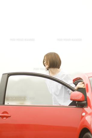 車から降りる女性 FYI00908381