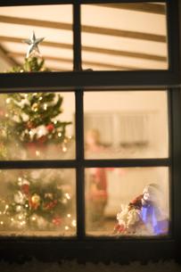 窓越しに見えるクリスマスの飾り FYI00909141