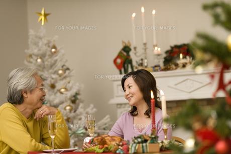 クリスマスディナーを囲むシニア夫婦 FYI00909180