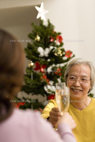 シャンパンで乾杯をするシニア夫婦 FYI00909229