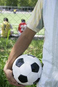 サッカーボールを持つ男性 FYI00909557