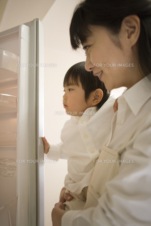子供を抱く女性 FYI00909933