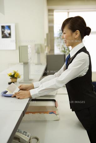 接客している女性 FYI00910023